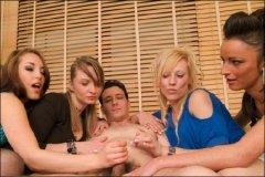 Четыре красивых девушки дрочат член пареньку (2011/SiteRip)