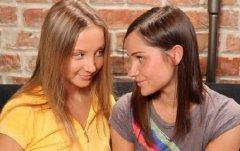 Лесбиянки трахают друг друга резиновыми членами (2011/SiteRip)