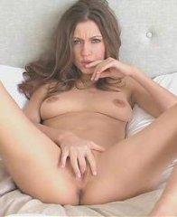 Стройная красавица мастурбирует свою киску