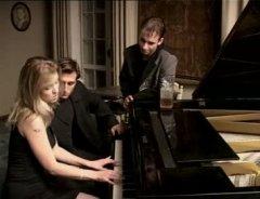 Молодые парни и учительница музыки